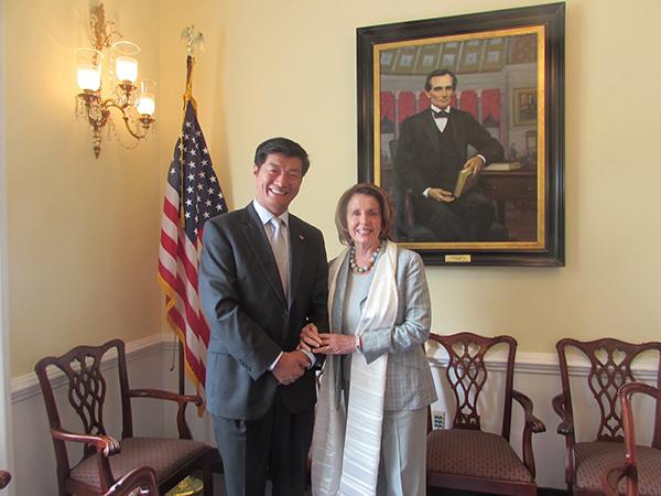 El sikyong, Dr.Lobsang Sangay con Nancy Pelosi, líder de la minoría ...