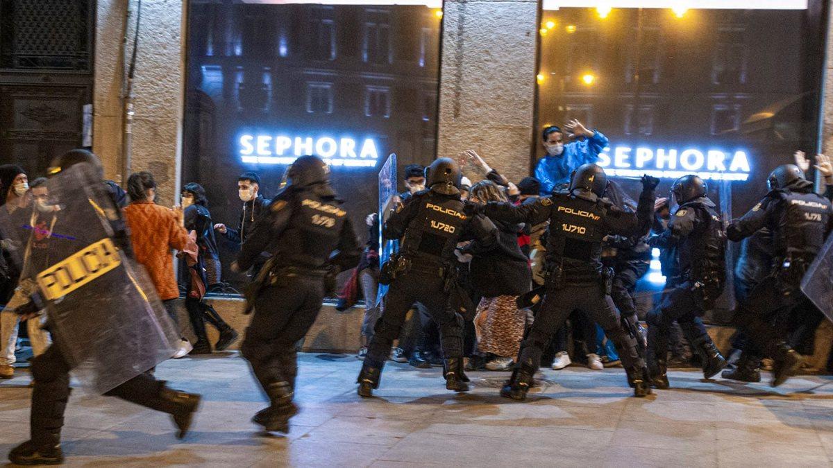 Vídeo | Abusos policiales entre insultos a manifestantes por Hasél: «¡Puta de mierda!»