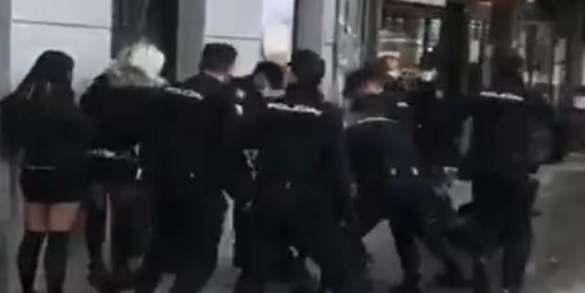 brutalidad policial mas de una docena de agentes golpean violentamente a un joven en atocha