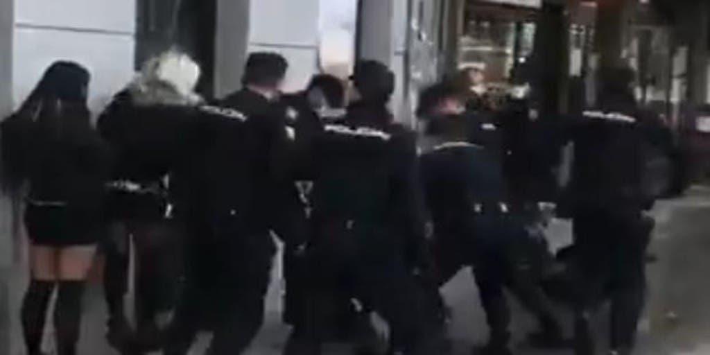 Vídeo | Brutalidad policial: más de una docena de agentes golpean violentamente a un joven en Atocha