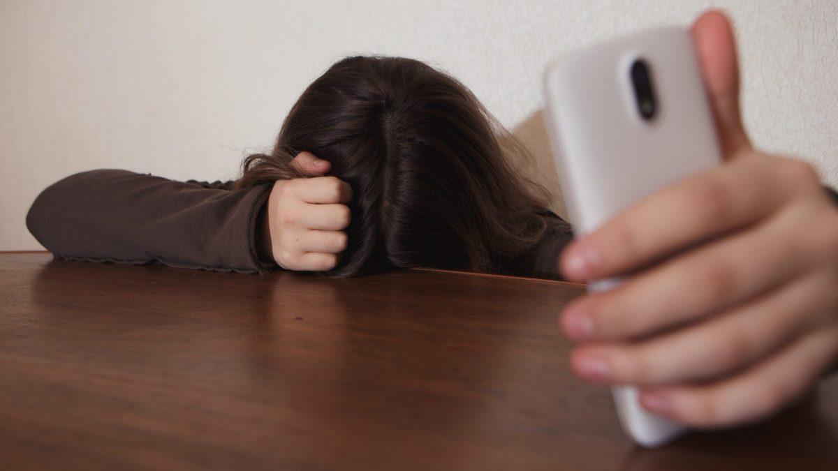 Cuatro consejos para evitar el cibercontrol y las agresiones en parejas adolescentes