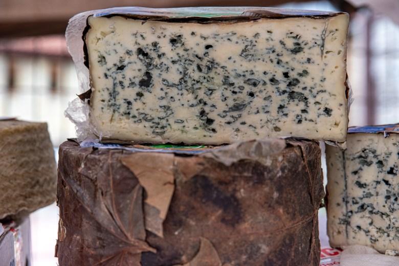 Le dilemme des aliments moisis: peut-on consommer des fromages «bleus» sans risques?