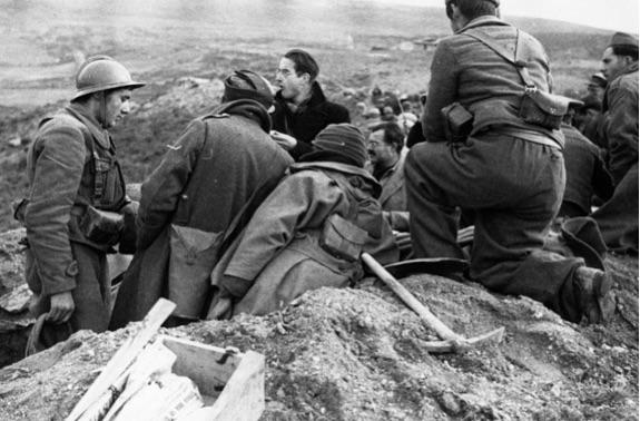 Vue over fronten ved Brunette med journalister inklusiv Ernest Hemingway, i midten med briller og overskæg