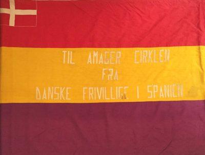 "Spaniensfanen 1937 til Amager Cirklen med inskriptionen: ""Til Amager Cirklen fra danske frivillige i Spanien"""