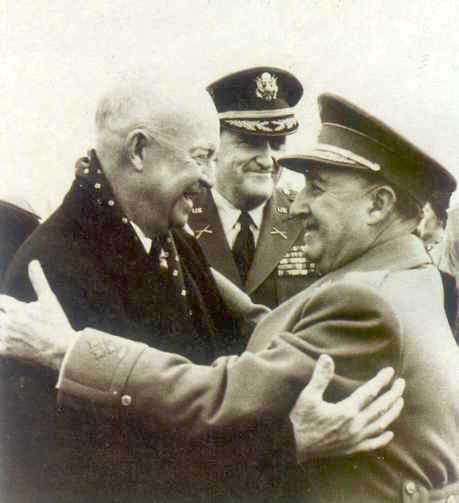 Franco og Eisenhower i kærlig omfavnelse i 1959. USA har – som med Spanien – en lang og historisk tradition for at støtte fascistiske regimer