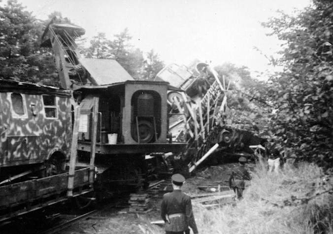 Sabotage of a car transporting fright train on its route between Herning and Airbase Krarup (mid-Jutland) in 1944. A crane is clearing the trail. Photo: The Museum of Danish Resistance