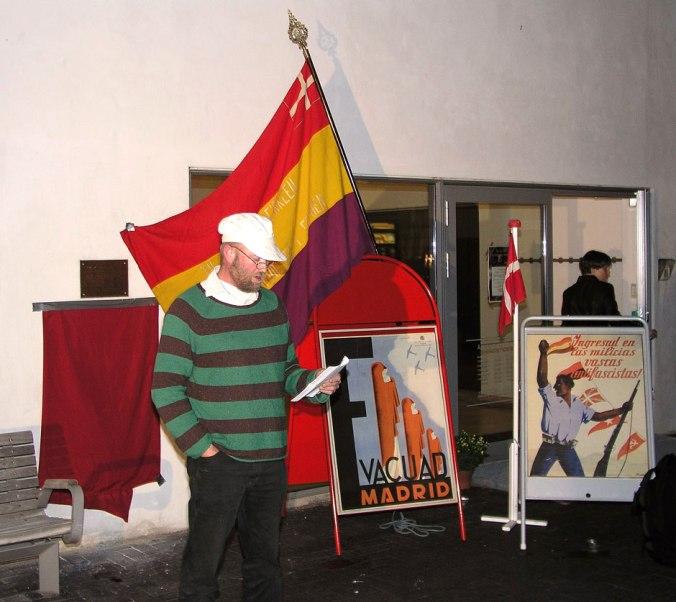 Tue Tortzen holder tale ved afsløringen af mindetavlen for de tre spaniensfrivillige fra Hillerød under Kulturnatten 24. september 2010