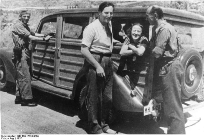 Nordahl Grieg i den Spanske Borgerkrig (i midten), til højre: forfatteren Ludwig Renn, stabschef for XI. International Brigade i den Spanske Borgerkrig. Kommandør i Thälmann Bataljonen 1936-1937, 1937