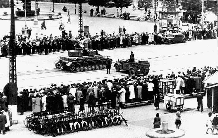 Die dänische Besetzung und Befreiung: 7. Volksstreik im August 1943: Rådhuspladsen ('Rathausplatz') in Kopenhagen: Die Deutschen setzen Panzer auf den Straβen als Machtdemonstration gegen die Streiks ein