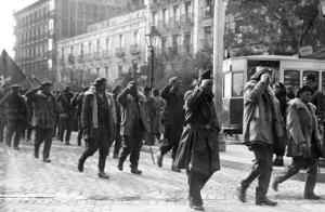 Hans Beimler mit dem Edgar André Bataillon, November 1936 in Madrid auf dem Weg zur Front