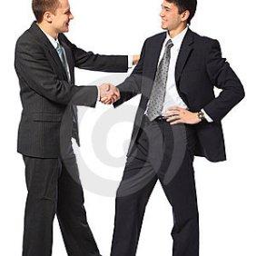dos-hombres-de-negocios-jovenes-saludan-8778030
