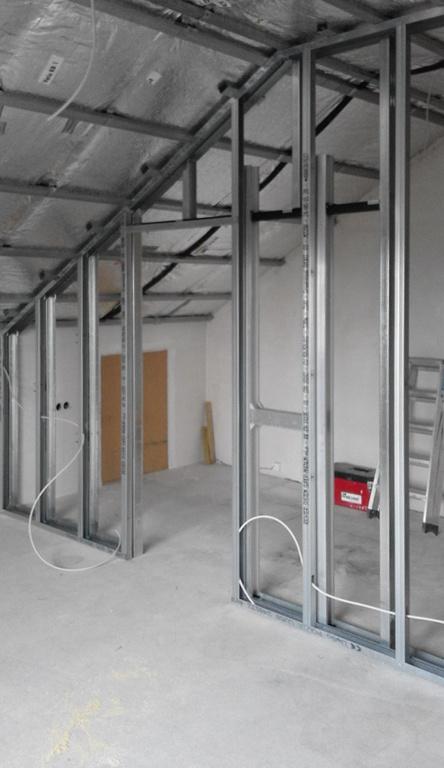 Trockenbau Innenausbau Trennwand mit integrierter Schiebetür Deckenverkleidung