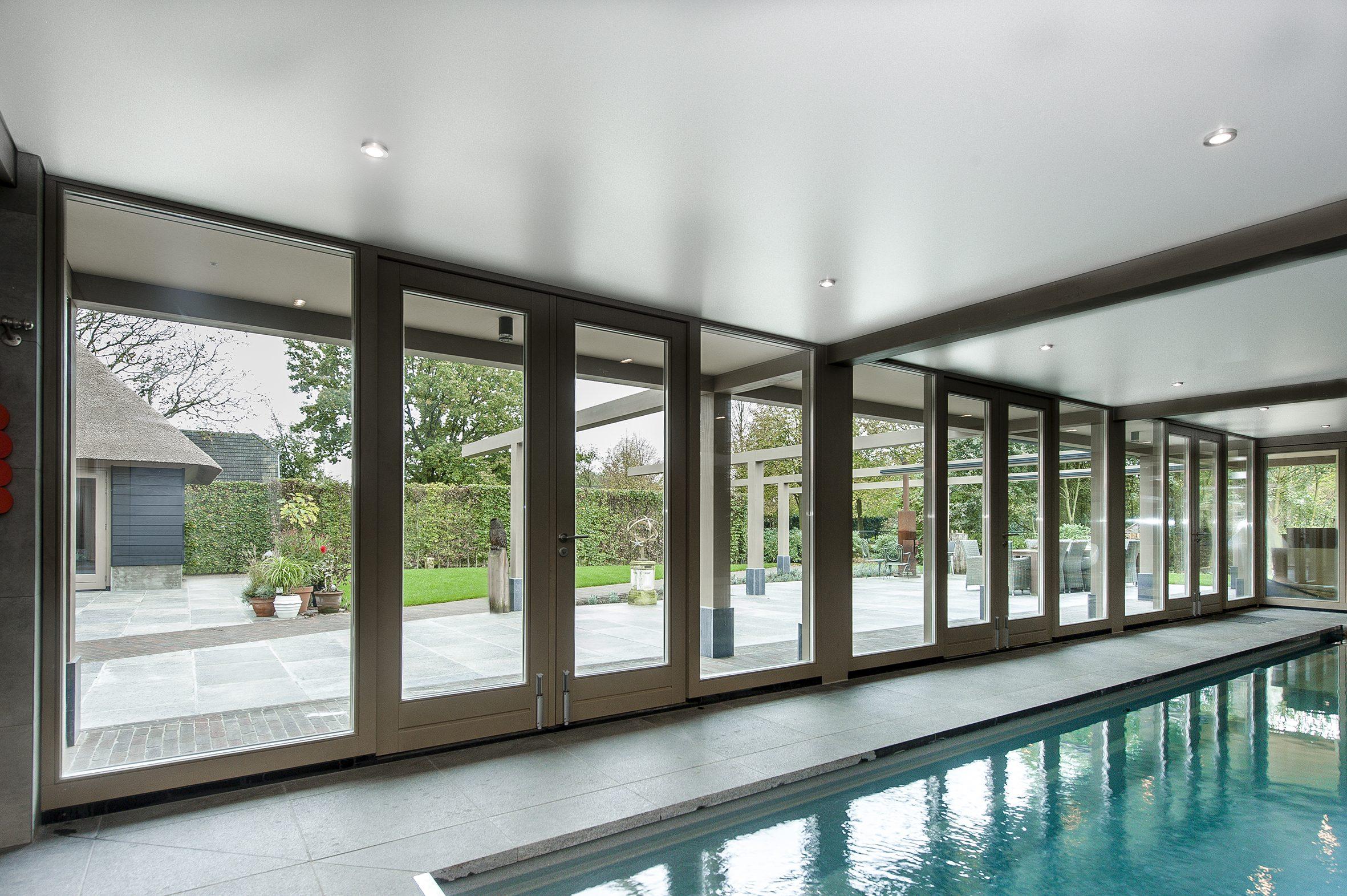 Spanplafond bij een zwembad een van de voordelen van een spanplafond is dat het vochtbestendig is