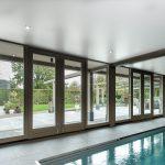 Spanplafond bij een zwembad