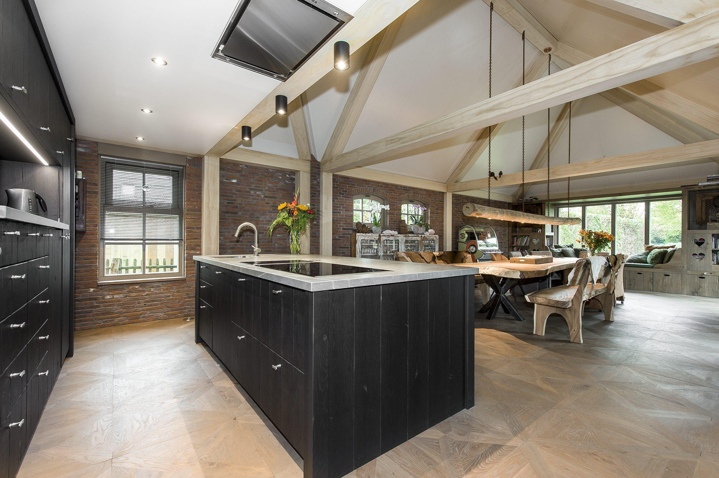Spanplafond in een woonruimte voordelen van een spanplafond is dat het makkelijk is schoon te maken