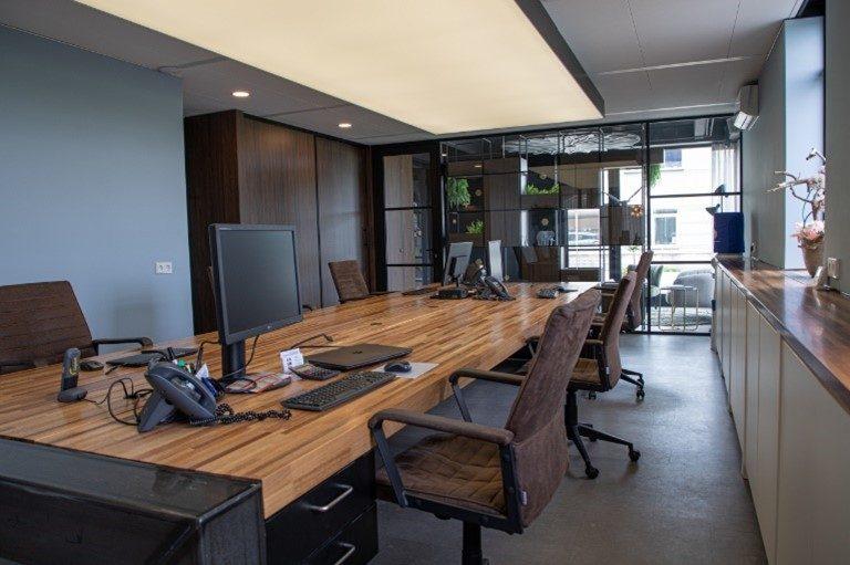Akoestisch spanplafond in een kantoor