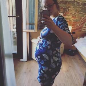 Andrea schwanger in Kleid von TU | die Sparfüchsin