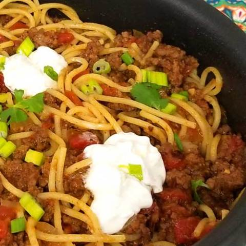 Taco Spaghetti Recipe - Quick easy and full of flavor, that's what I like for a busy weeknight dinner, and this Taco Spaghetti recipe come together in under 30 minutes. the perfect no fuss, quick clean up dinner.