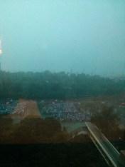 大雨鳥雲突然由九龍吹至籠罩維園。其後於街上看到不少人被此場雨完全淋濕。加上氣溫高,街上人多地方又濕又熱,空氣較不流通。
