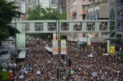 Protesting crowd near starting point, Victoria park, 18:21 維多利亞公園外高士威道遊行隊伍,18:21