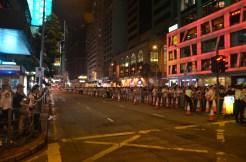 19:57 離開希慎廣場一段後路線變得較暢順。遊行隊伍可不斷前進,惟腳步較慢。圖中為軒尼詩道一段遊行隊伍外的行人路