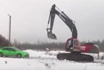 Neulich in Russland: Bagger vs. Auto