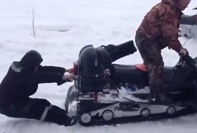 """Währenddessen in Russland: """"Gefressen"""" vom Schneemobil"""