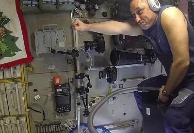Russischer Kosmonaut fliegt auf Staubsauger durch die ISS