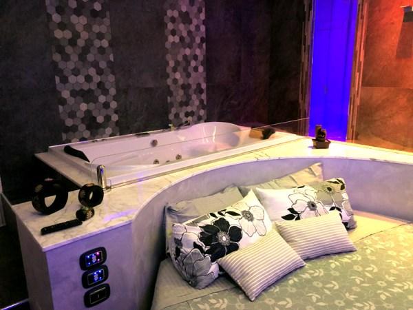 camera con letto rotondo spa e camino