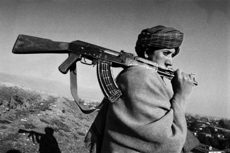 Kabul, October 1996, A Taleban watching the town from the hills Ph Riccardo Venturi