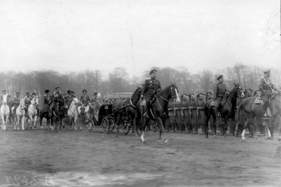 04. Император Николай II верхом на коне, императрица Александра Федоровна в коляске и сопровождающие их лица объезжают войска перед началом парада