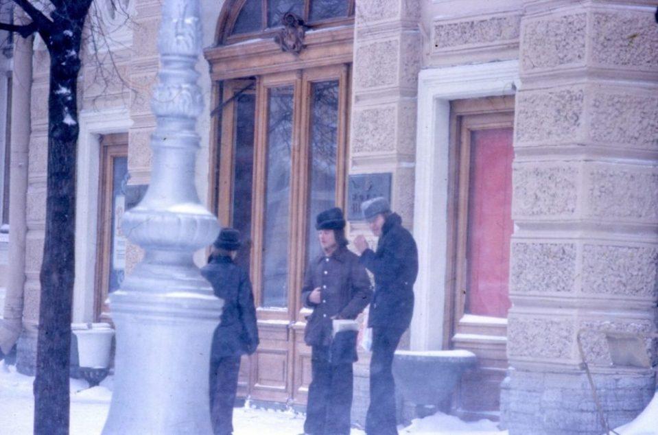 Ленинградские хипстеры возле гостиницы Европейская