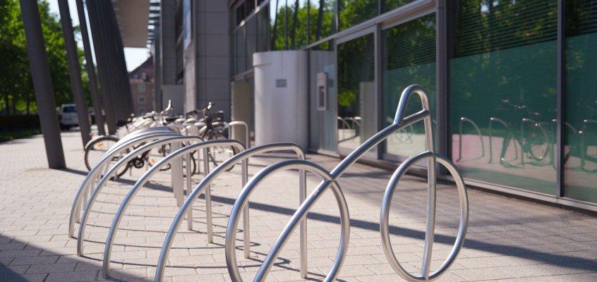 Fahrradständer am neugestalteten Gisela-Thews-Platz