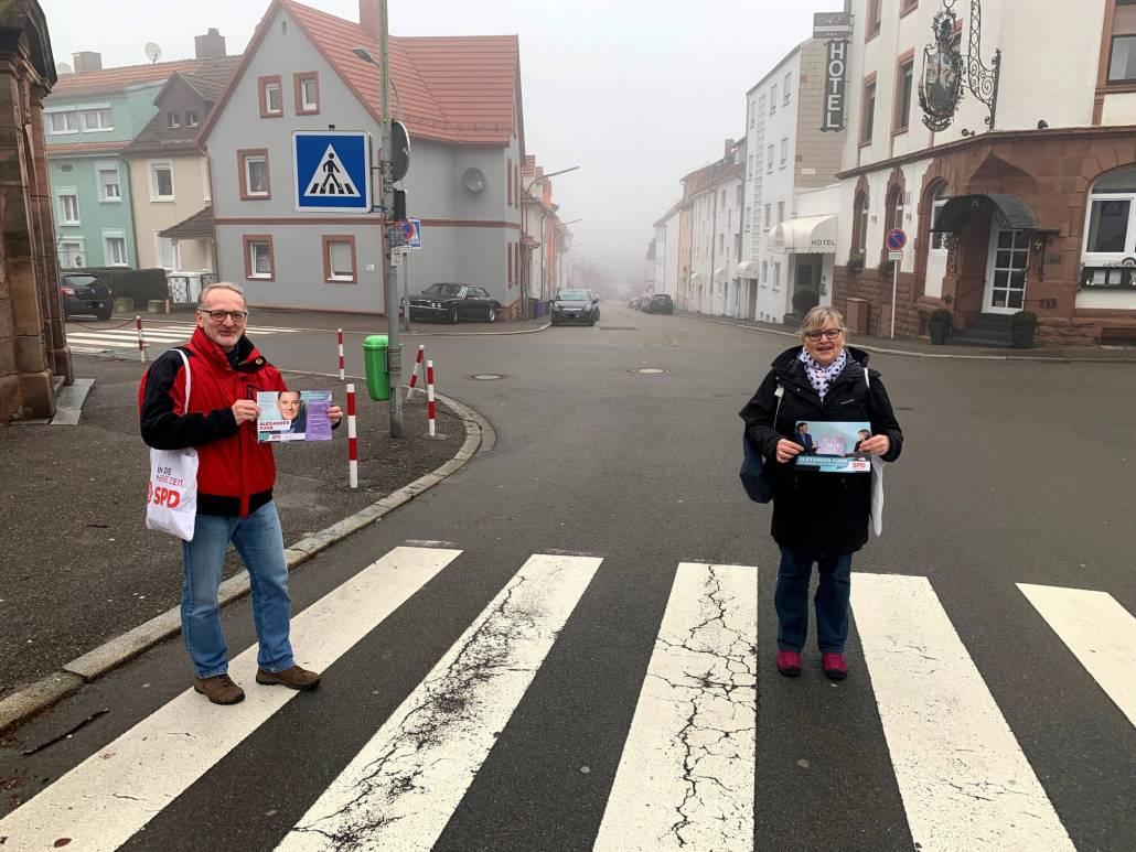 Alexander Fuhr vor Ort (mit Gabi Mangold und Bernd Schwarz)