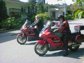 Sven-Åke och Bosse lämnar kvarteret hos Olle