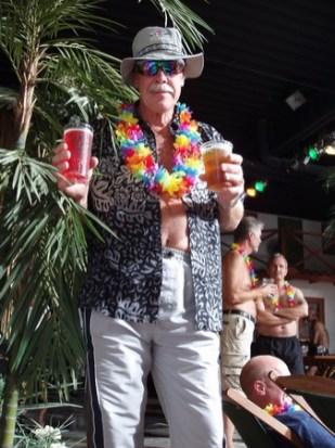 Strandraggare syntes smyga bland palmerna med lockande drink.