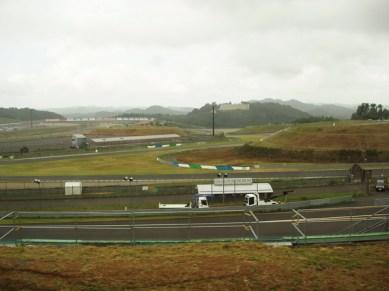 Längst upp till vänster ser man ovalen och utanför går Moto GP banan som också gör ett par svängar inne i ovalen. På kullen i bakgrunden hotellet där vi senare åt lunch.