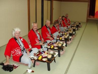 Alla fick var sitt lilla bord med mycket mat på.