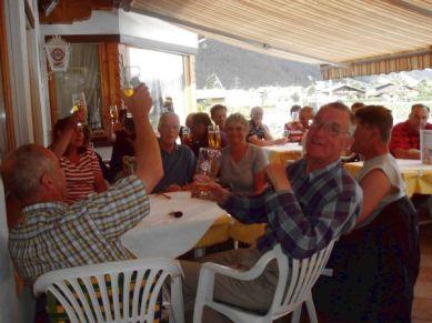 Framme vid hotellet i Strass jublades det och ölen smakade perfekt i solskenet.