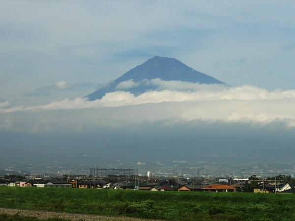 Från höghastighetståget tillbaka till Tokyo såg vi Fuji. Snöfritt på toppen endast två månader om året.