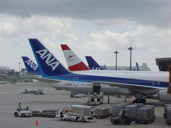 Där bakom kan man ANA SAS Airbus 340 som skulle ta oss till Köpenhamn.