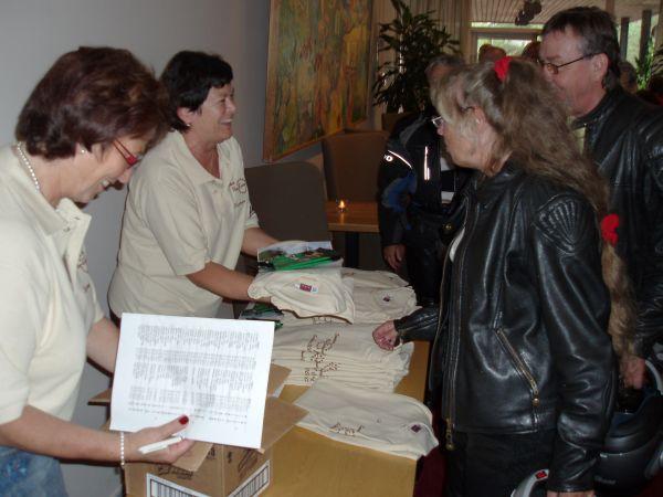 Marianne delar ut träfftröjorna som var sponsrade av Lelles.