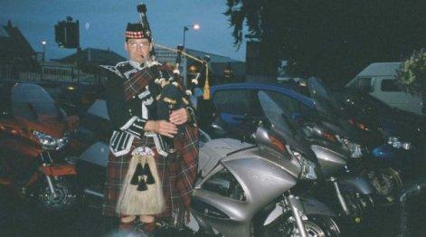 Tillbaka i Aviemore nattar den professionella säckpipsblåsaren Calum Spud Fraser våra Pannor.