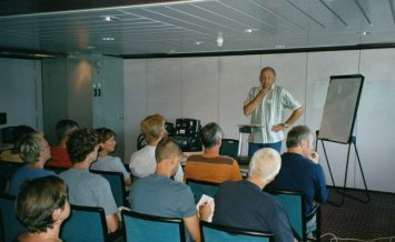 Stefan Landström som arrangerade och organiserade resan till Skottland på ett utomordentligt sätt håller briefing på färjan till Newcastle.
