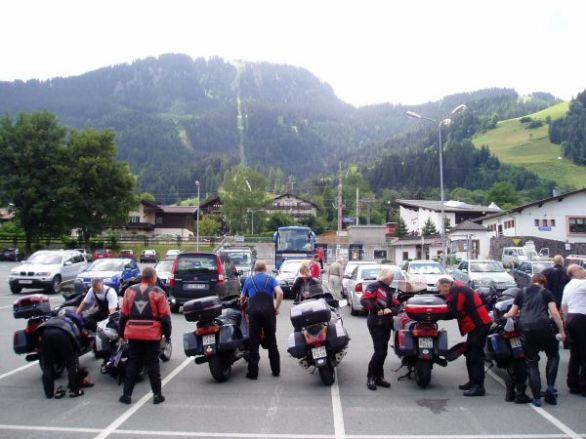 Pannorna får vila för nu skall det åkas kabinbana upp till Hahnenkamm.