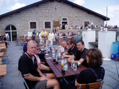 Historiens vingslag och Eva Brauns själ svävade över lunchen på terrassen.