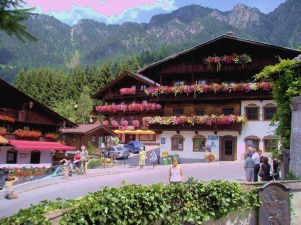 Så här vackert blomsterprydda var nästan alla balkonger. Dom här finns i Alpbach.