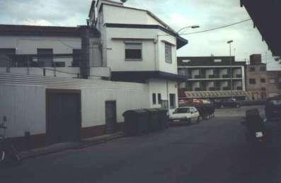 Det öppna fönstret är vårt hotellrum stax norr om Barcelona