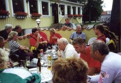 Tillbaka till Hotell Skansen smakar ölen och korven gott.