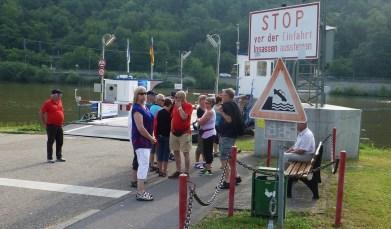 I väntan på att kaptenen till färjan skall komma på morgonen så vi kan ta oss över Neckar